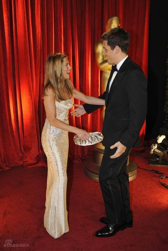 图文:奥斯卡红毯--安妮斯顿和男友大笑