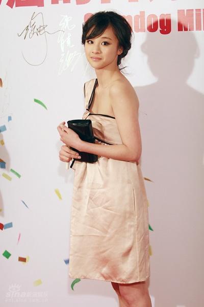 图文:《贫民富翁》首映-女星裙装粉嫩