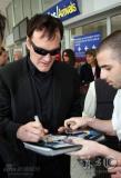 昆汀抵达法国尼斯面带笑容为影迷耐心签名(图)