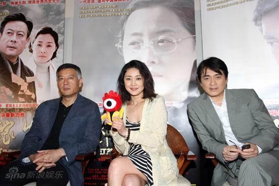 图文:《邓稼先》首映--三主演与小浪合影
