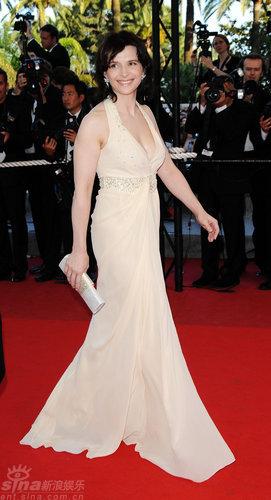 图文:戛纳直击-朱丽叶・比诺什着米色长裙
