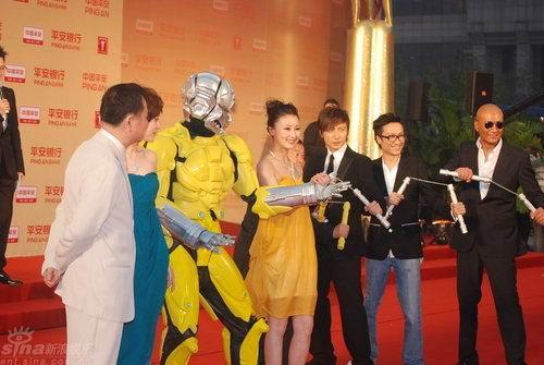 """图文:上海电影节开幕--""""机器侠""""红毯耍功夫"""