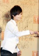 组图:《十月围城》亮相红毯李宇春白衣清爽
