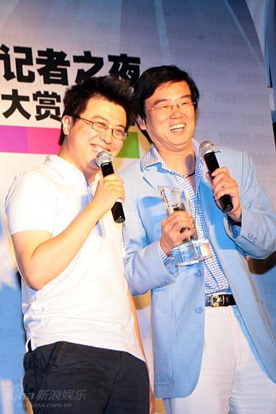 图文:第二届铁象大赏-黄百鸣喜笑颜开
