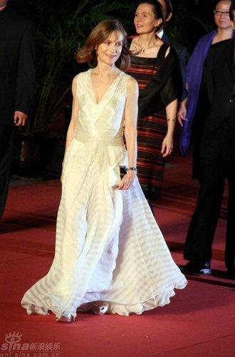 图文:上影节闭幕红毯-于佩尔白裙飘逸如仙子