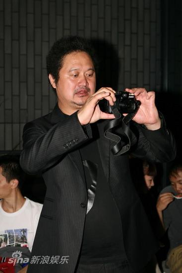 图文:电影《达达》发布会-张元拿相机拍照