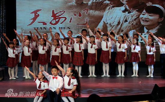 图文:《天安门》首映-童声合唱团献唱