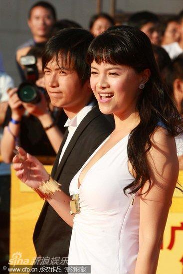 图文:第13届华表奖红毯-两人热情致意