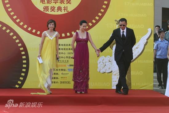 图文:第13届华表奖红毯--王家卫护卫刘嘉玲