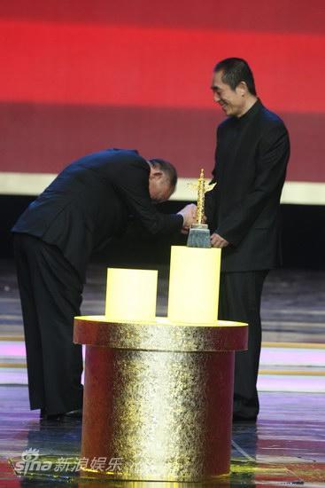 图文:第13届华表奖现场-吴宇森拜谢张艺谋