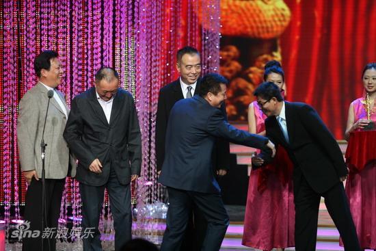 图文:华表奖现场--黄建新和王中军握手
