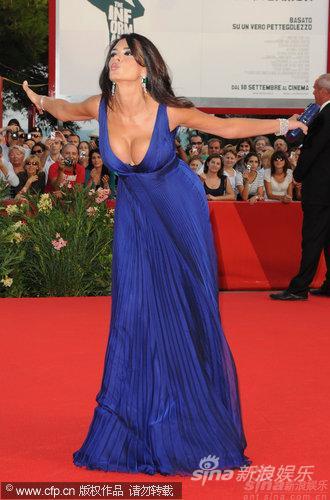 图文:威尼斯开幕红毯-玛莉亚俯身泄乳抢镜