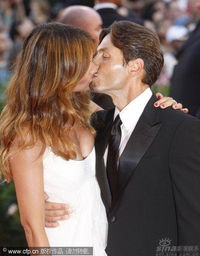 图文:威尼斯开幕红毯-贝鲁斯科尼之子热吻美女