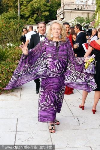 图文:威尼斯开幕红毯-玛塔紫色蝙蝠衫炫目抢镜