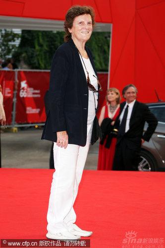 图文:威尼斯开幕红毯-评委莉莉安娜服装中性