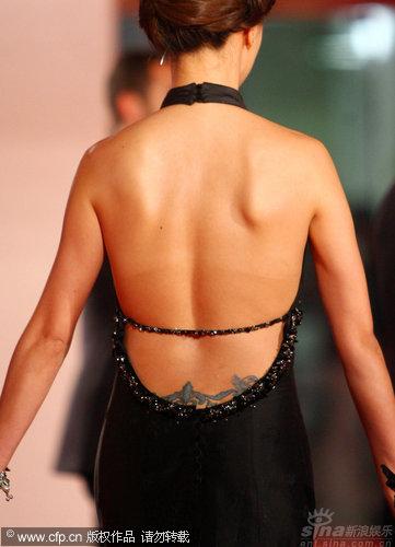 图文:《泪王子》首映红毯-关颖美背现纹身