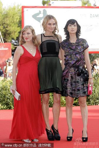 图文:《无主之人》首映-三位女星合影