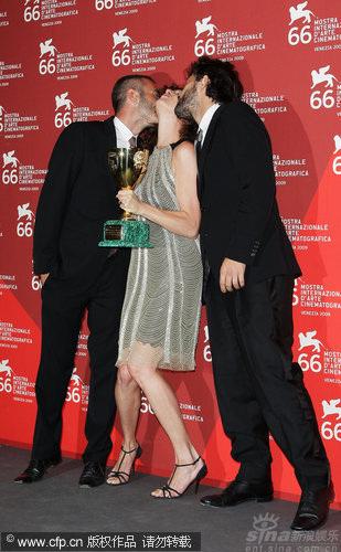 图文:威尼斯闭幕后台-影后同时获两男星热吻
