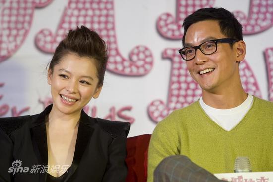 图文:《全城热恋》发布会--两人笑对镜头