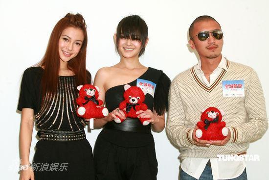 图文:《全城热恋》香港发布会--三主演造型各异