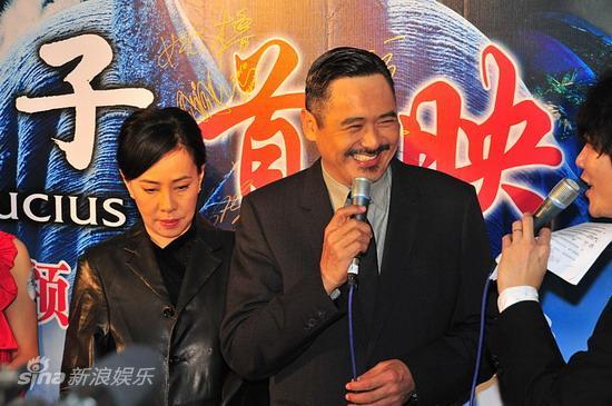 图文:《孔子》广东首映--周润发接受采访
