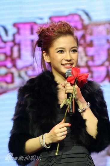 图文:《全城热恋》首映庆典-杨颖手持玫瑰