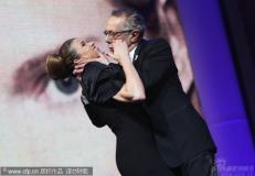组图:余男齐薇格谈笑电影节主席强吻主持人