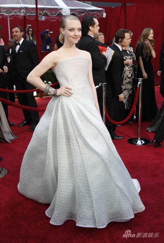 图文:第82届奥斯卡红毯-女星阿曼达银色长裙古典
