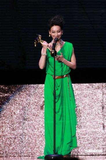 图文:亚洲电影大奖-惠英红发表获奖感言
