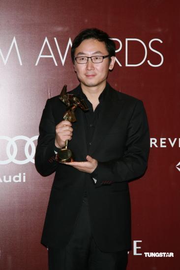 图文:亚洲电影大奖后台-陆川手捧奖杯