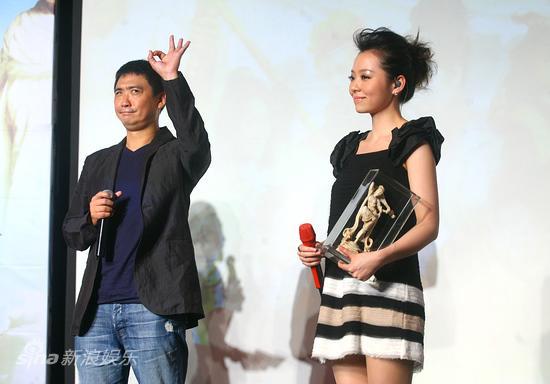 图文:《嘻游记》主题曲发布-导演和张靓颖在台上