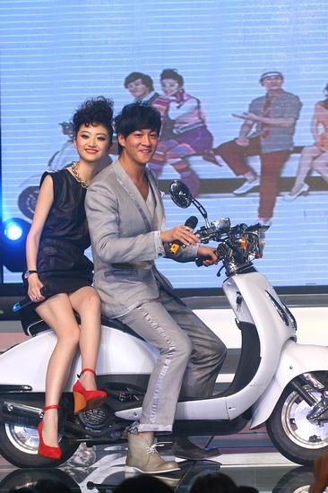 图文:《美女老板》首映礼-何润东骑车带景甜