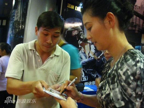图文:《大地震》台湾首映-粉丝请徐帆签名