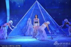 组图:张靓颖吊带裙登场陷蓝海献唱《木兰星》