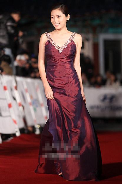 图文:大钟奖颁奖红毯-秋瓷炫亮相红毯