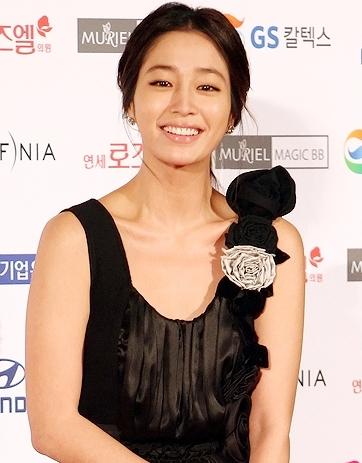 图文:大钟奖闭幕红毯-李敏贞迷人微笑