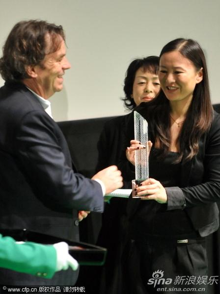 图文:东京电影节颁奖-李玉得奖很开心