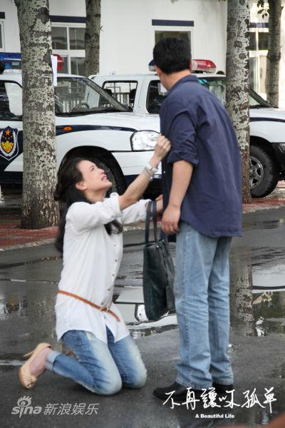 图文:《不再让你孤单》剧照-舒淇下跪