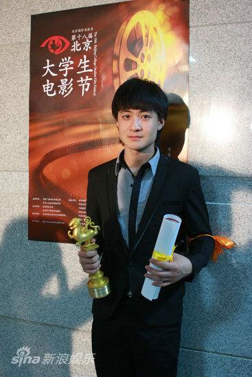 图文:大影节颁奖礼后台-盛超获最佳新人