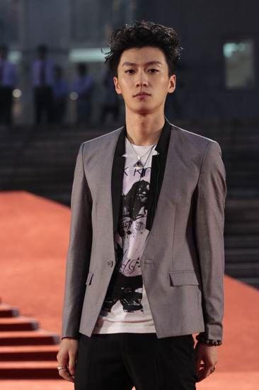 图文:上海电影节闭幕红毯-乔任梁帅气亮相