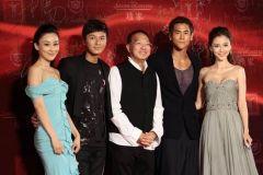 组图:上海电影节闭幕杨千�醚揖�俊二群星走秀