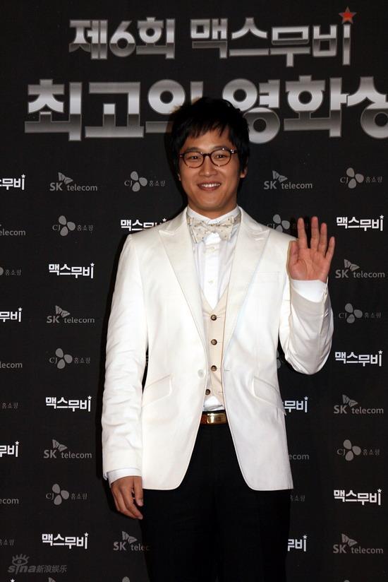 图文:韩国MAX电影颁奖礼--车太贤挥手打招呼