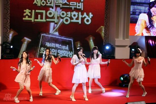 图文:韩国MAX电影颁奖礼--组合Kara热力表演