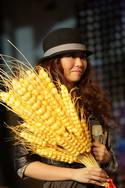 张靓颖手捧歌迷送的大麦