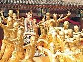 萧亚轩回EMI怀抱 十八铜人护驾