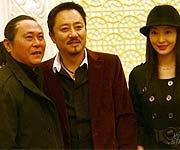 导演吴家骀(左)和剧组人员