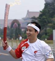 罗京传递奥运火炬