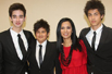 组图:韦唯录节目曝光童年照 三儿子帅气出镜