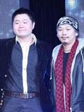 方文山(右)为微小说获奖者颁奖