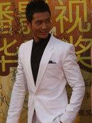 黄晓明穿白色西服